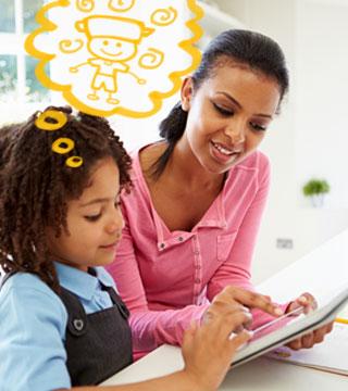 Menina lendo com a mãe