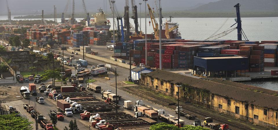 Caminhões e contâiners em um porto