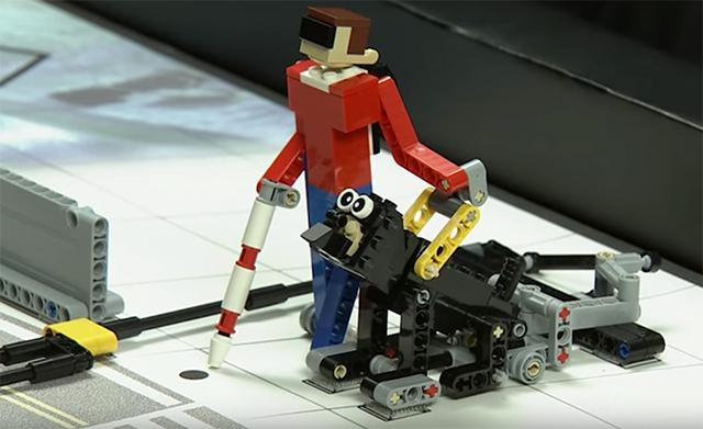 Cão guia e deficiente visual feitos de peça de lego