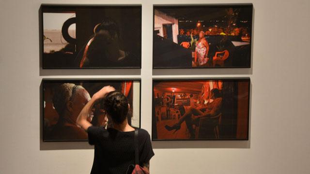 Mulher observa a exposição do Prêmio Marcantônio Vilaça em Recife
